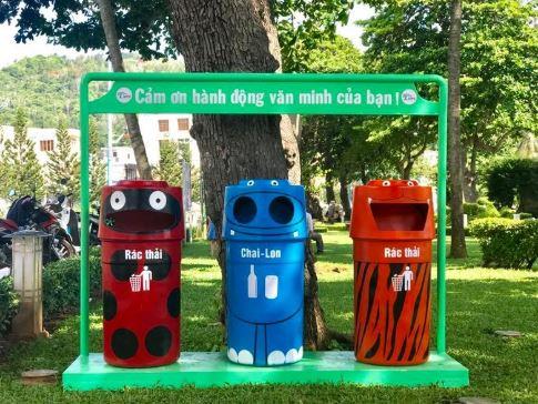 Thùng rác công cộng đầy màu sắc (Ảnh internet)